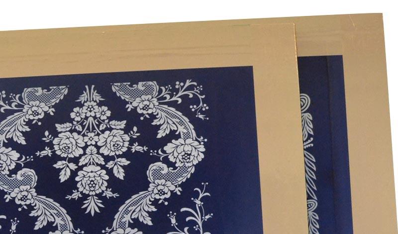 Detalle de la emulsion y el marco de dos pantallas de serigrafia recien terminadas