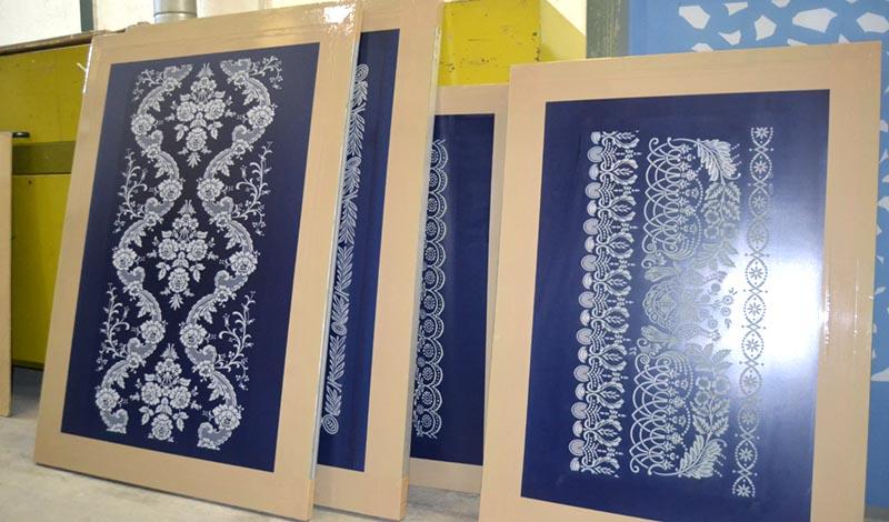 Pantallas de serigrafia de gran tamaño reveladas